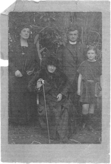 Grannie Dowdell, Jessie Isobel Henderson, Rev Kenneth Thorne Henderson and Dr Margaret Henderson